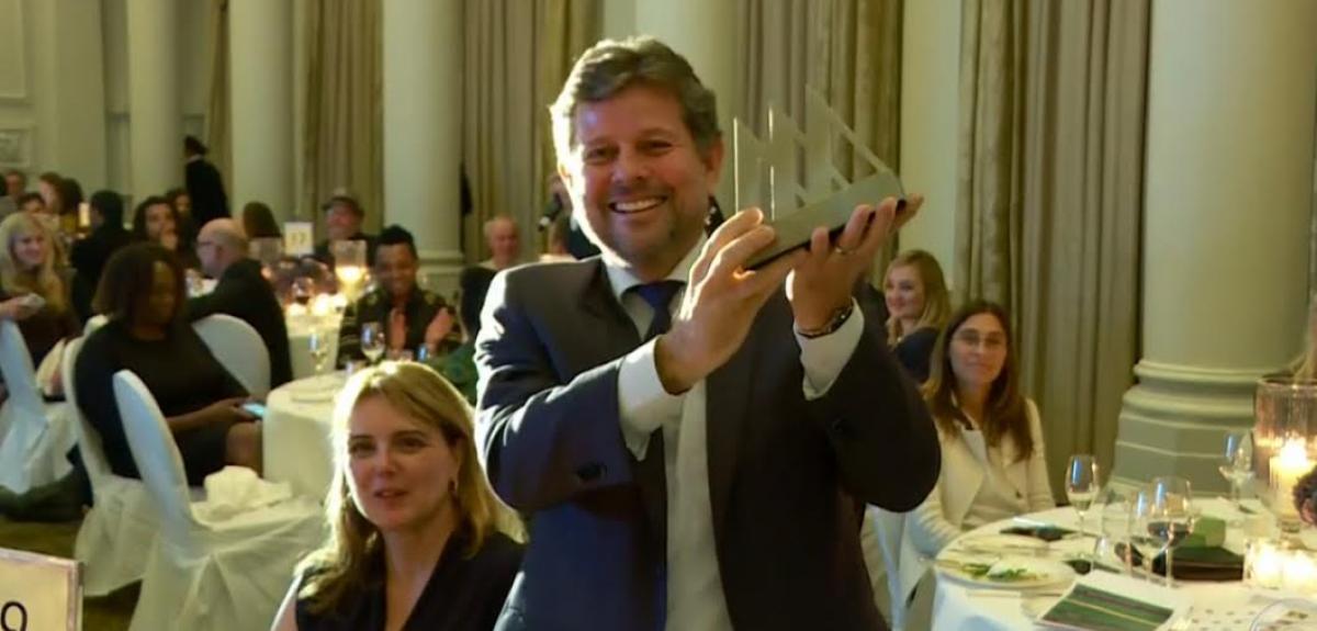 """Ricardo Piquet, diretor-geral do Museu do Amanhã recebe em mãos o prêmio """"Oscar dos Museus"""""""
