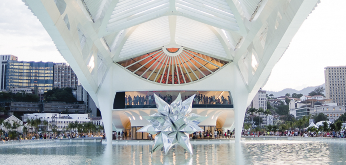 Foto do espelho d'água com a estrela do Museu do Amanhã de dia